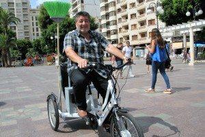 Pascual en el nou tricicle elèctric de neteja