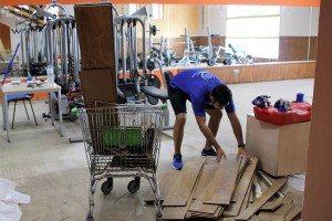 Empleats reitren el parquet del gimnàs