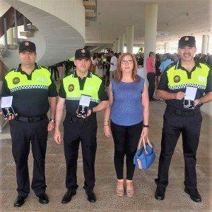 Els agents guardonats amb la regidora de Seguretat