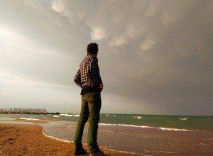 Toni Rubio contemplant una tempesta
