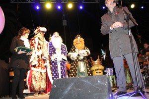 L'alcalde i la vicealcaldessa donant la benvinguda als reis