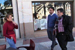 El regidor Fernando Pascual amb Lidia gerent del bar