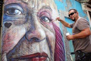 Toni Espinar pinta un mural al carrer Sant Vicent