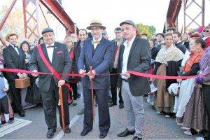 L'alcalde tallà la cinta que obri una nova època al pont