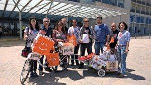 Membres de Compromís davant l'Hospital d'Alzira